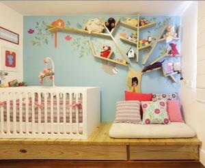 Uma prateleira bem criativa para o quarto das crianças.